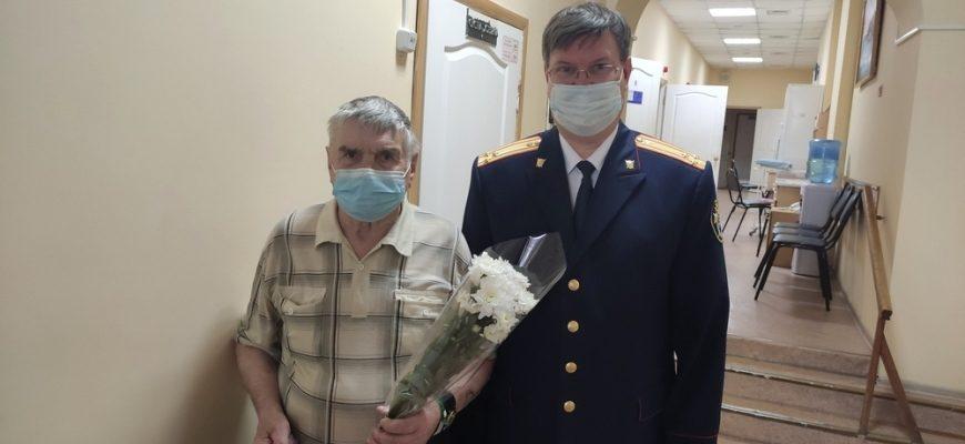 Сотрудники СУ СК России по Костромской области поздравили пациентов госпиталя для ветеранов войн с Днем Победы