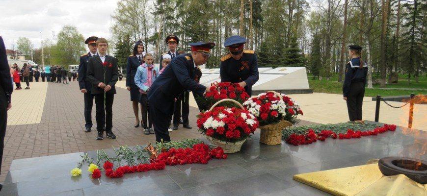 В канун 9 мая сотрудники СУ СК России по Костромской области возложили цветы к мемориалу «Вечный огонь» в городе Костроме