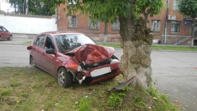 В Костроме водитель легковушки врезался в дерево
