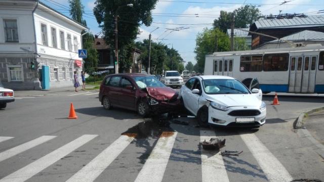 В Костроме Ford Focus врезался в Suzuki Liana, пострадала автоледи