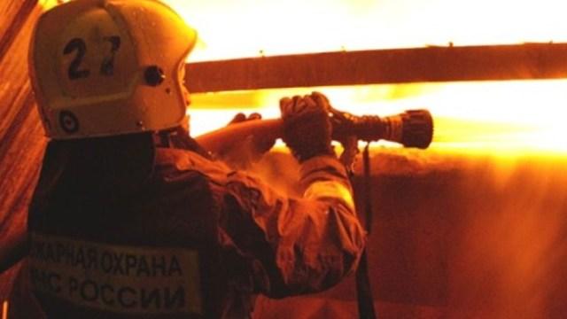 В Красносельском районе горит жилой дом