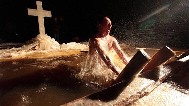 Около 5 тысяч жителей Костромской области окунулось в крещенских купелях