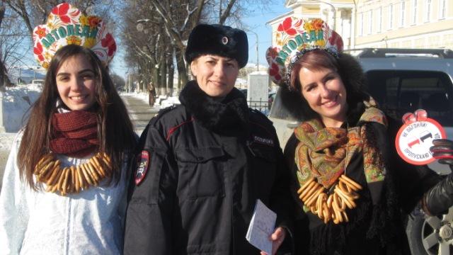 «Праздничный патруль» костромских автоледи поздравил водителей с наступающим Днем защитника Отечества
