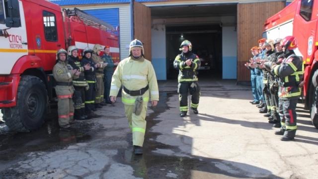 Под звуки сирен пожарного из Костромы торжественно проводили на пенсию!