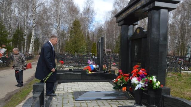 Прокурор Костромской области, работники прокуратуры региона и представители ветеранской организации посетили места захоронений своих бывших коллег