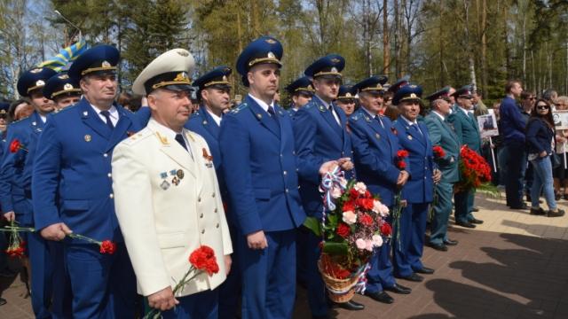 9 мая работники прокуратуры Костромской области приняли участие в праздничном митинге и возложили цветы к монументу Воинской Славы и Вечному огню
