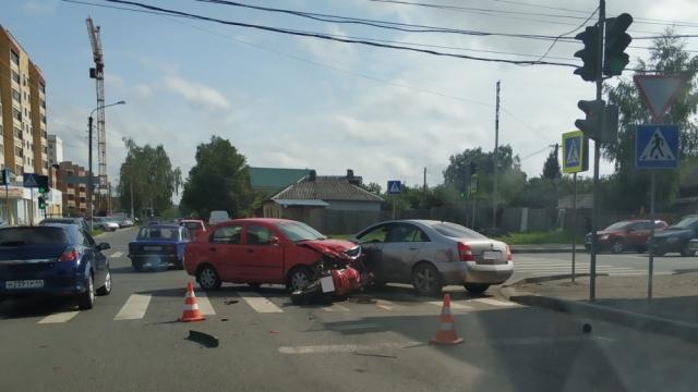 Два автомобиля и мотоцикл столкнулись в Костроме, есть пострадавший