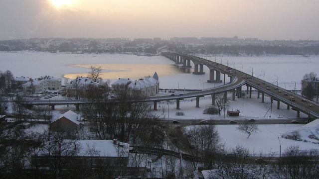 Мост через Волгу испытавают на прочность