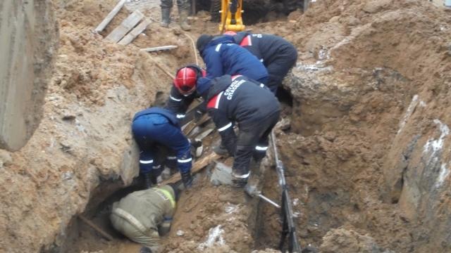 В Костроме рабочего засыпало грунтом в траншее, мужчину спасли