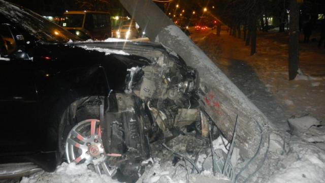 В Костроме автомобиль врезался в электроопору троллейбусной линии