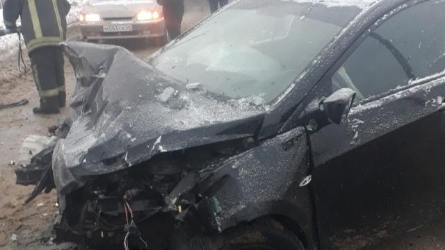 В Костроме столкнулись три автомобиля: пострадали два человека