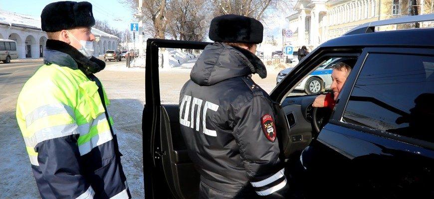 Леди в погонах поздравили водителей Костромы с Днем защитника Отечества