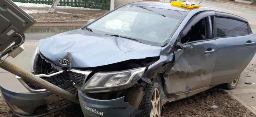 В Костроме на перекресте улиц Шагова и Энгельса столкнулись два легковых автомобиля